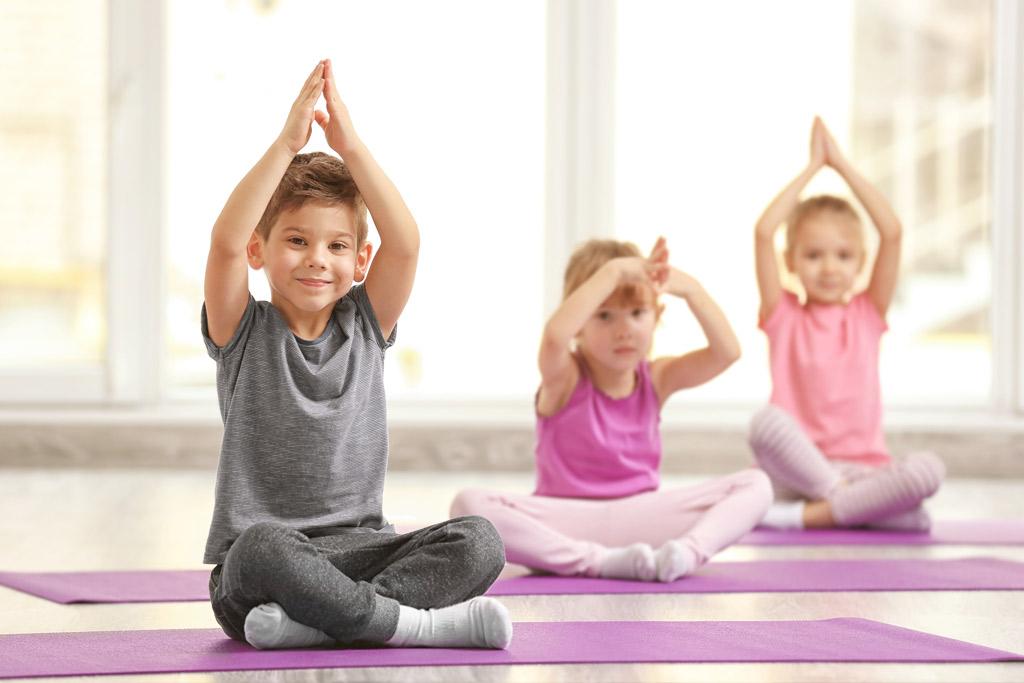 54c36f4a2fb9 La pratica dello yoga permette ai bambini di sviluppare